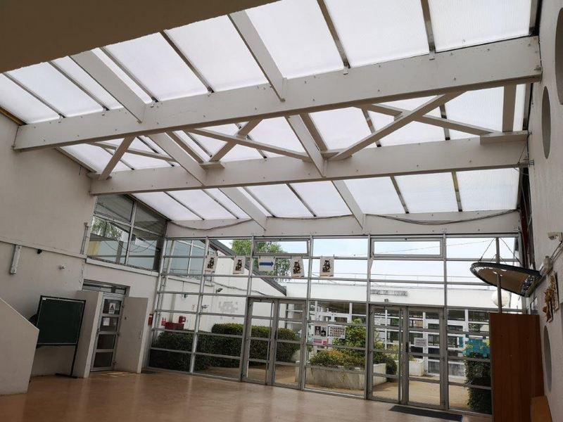 hall d'entrée de l'école de Vauréal-une hauteur sous plafond importante