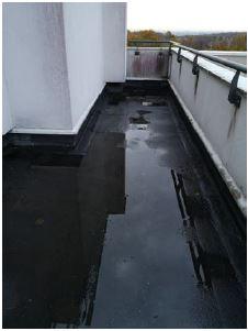 flaque d'eau sur toit de salle de bains
